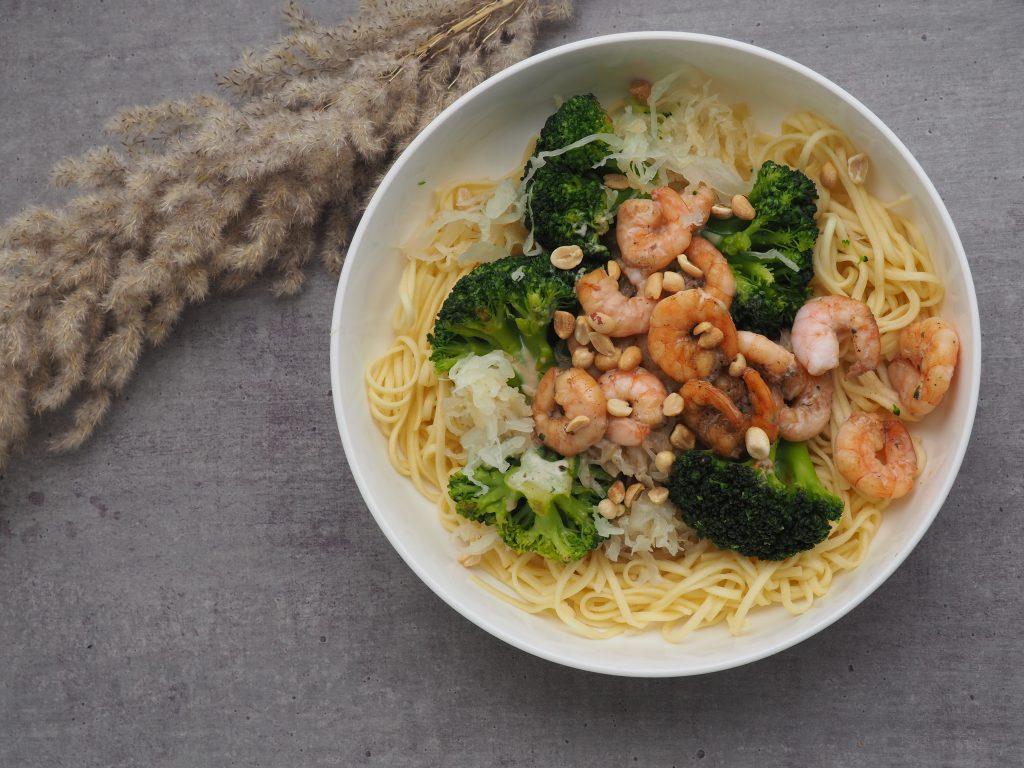 Nouilles, chou lactofermenté, crevettes sautées, brocolis et lait de coco